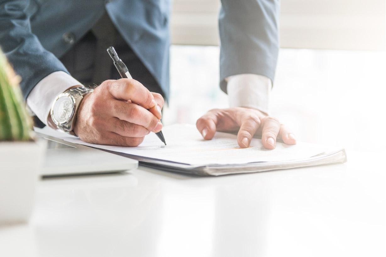 Como checar o histórico da construtora antes de assinar o contrato?